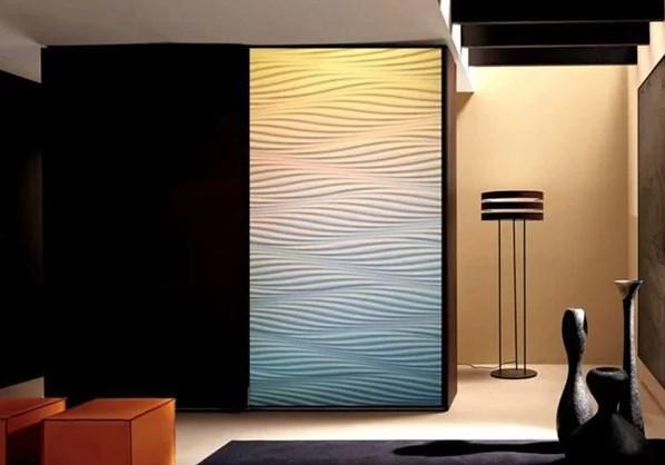 Шкаф украшенный гипсовыми панелями стал оригинальным и стильным элементом интерьера.