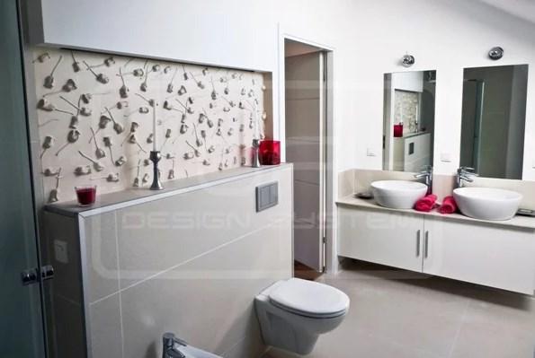 Все помещение приобрело исключительный характер благодаря размещению декоративных панелей 3D на стене в ванной нише.