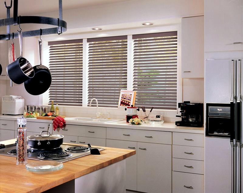 горизонтальные жалюзи в интерьере кухни фото