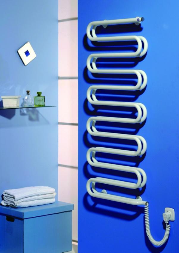 Комбинированный полотенцесушитель, от стены водопроводный, а рядом электрический.
