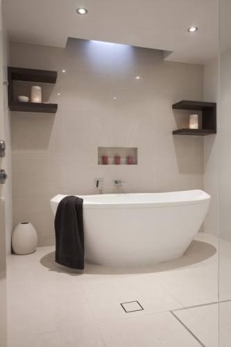 Красивая белая ванная.