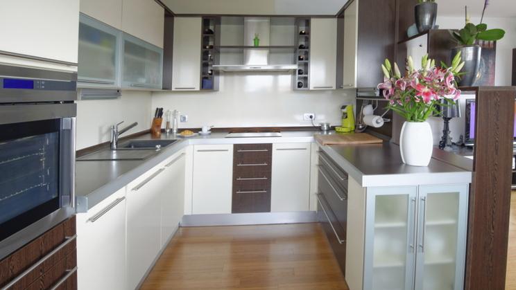 Как обустроить узкую кухню?