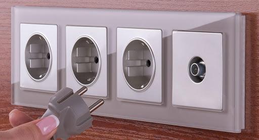 блок розеток и выключателей в многопостовой рамке