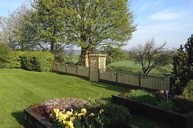 Сад огражденный деревянным забором- фото