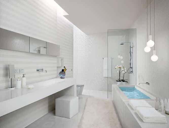 ванна кімната з білими меблями