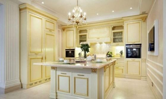кухня с хрустальной люстрой и накладными светильниками