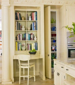 ниша стол и книжные полки