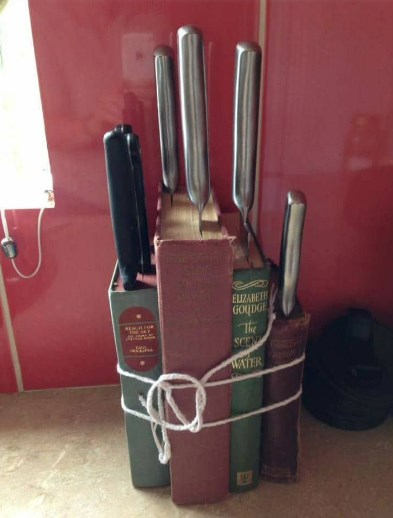 подставка для кухонных ножей из книг