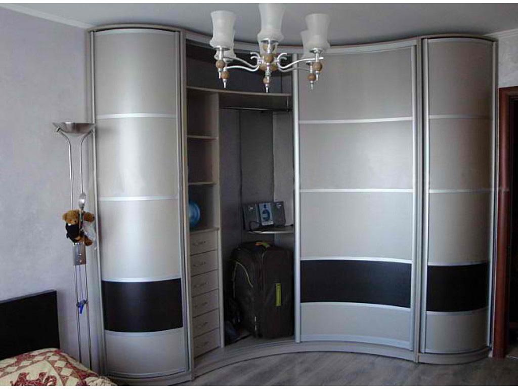 Угловой шкаф-купе для гостиной. Фото
