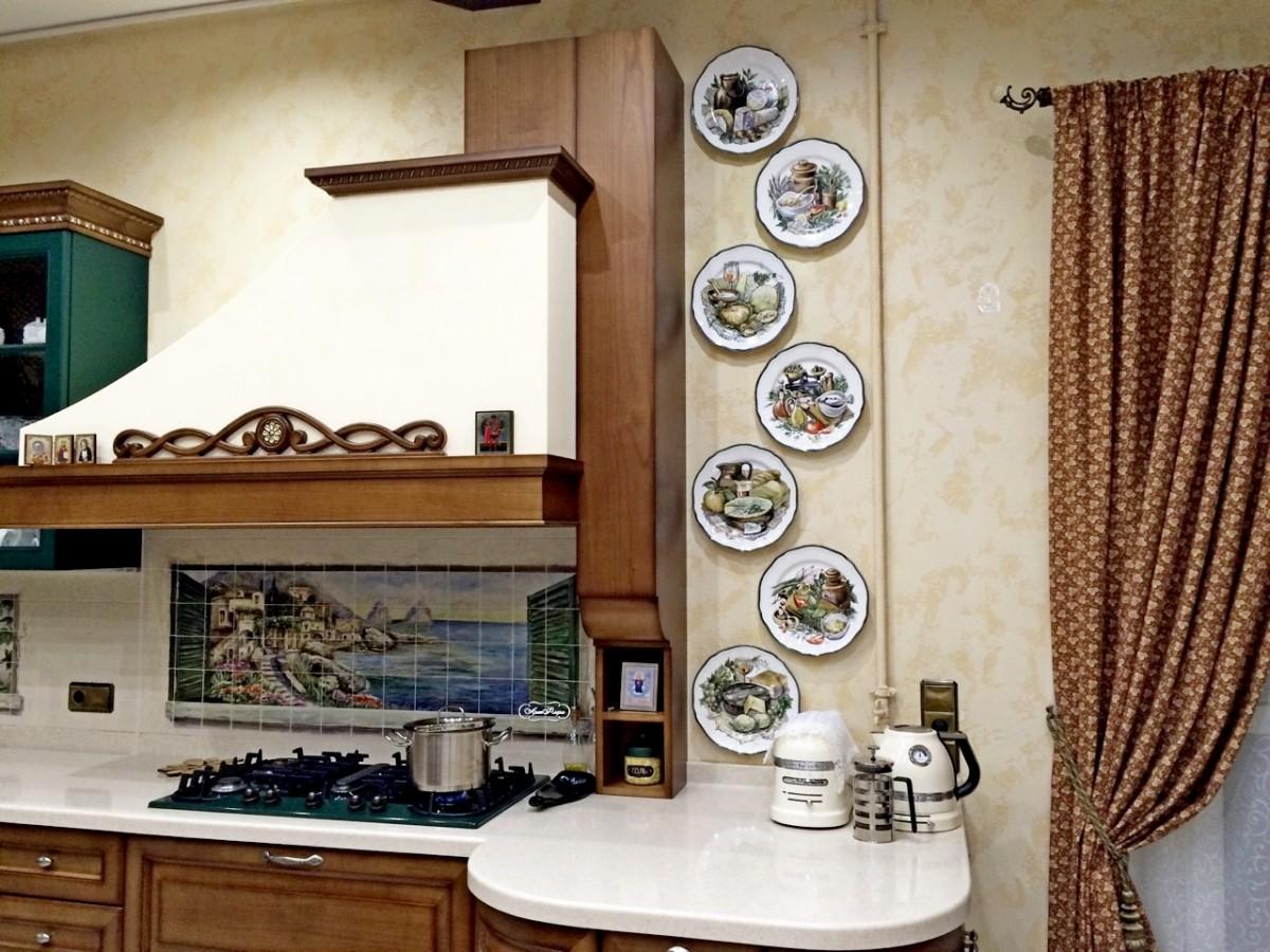 Идеи декора кухонных стен тарелки